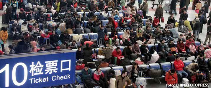 Penumpang di Stasiun Kereta Suzhou Jiangsu dalam rangka mudik massal imlek 2017