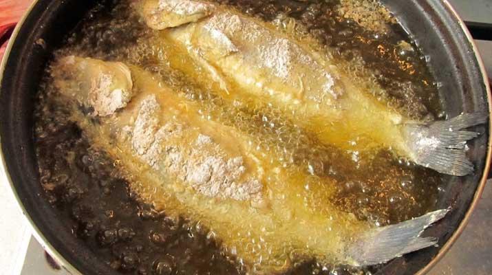 Menggoreng ikan