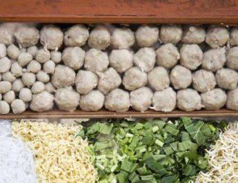 Tempat Makan Bakso Paling Syahdu, Padahal Cuma di Pinggir Jalan