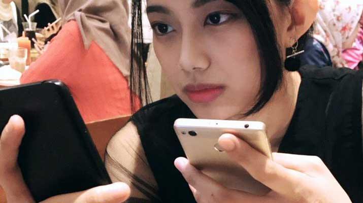 Desy JKT48 dan smartphone