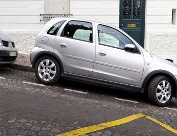 mobil parkir