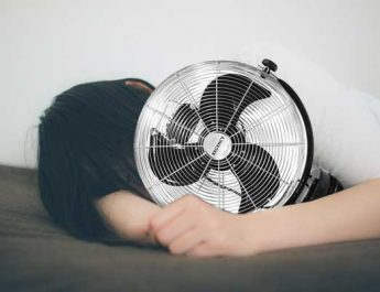 tidur dengan kipas angin. (pakutaso)